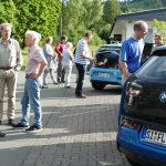 Großes Interesses zogen die Elektroautos auf sich (vorne BMW i3, hinten VW e-Up): Es wurde gefachsimpelt und Probefahrten durchgeführt