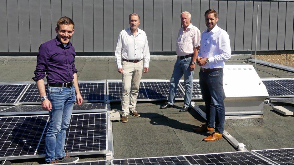 Zusammen mit Erndtebrücks Bürgermeister Henning Gronau (rechts) wurde der Baufortschritt auf der neuen Photovoltaik-Anlage besichtigt