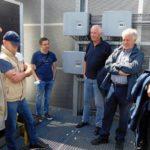 Treffen auf dem Dach des Städtischen Gymnasiums Bad Laasphe mit der ersten Photovoltaik-Anlage: Bürgermeister-Kandidat Dirk Terlinden (rechts) besucht die Energiegenossen.