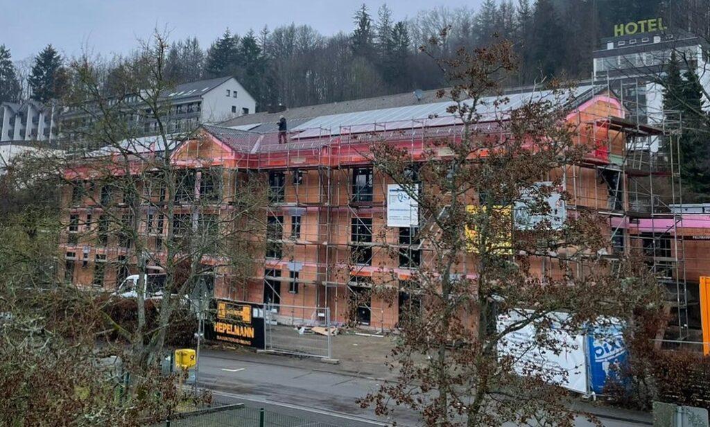 Frisch montiert zeigt sich die neue PV-Anlage auf dem AHF-Haus der Diakonie Südwestfalen
