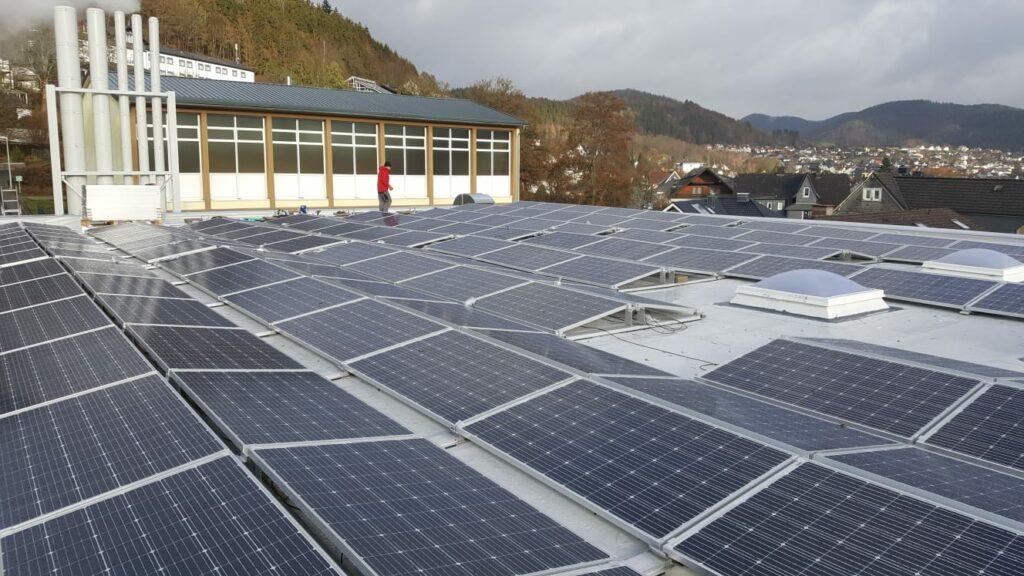 """Die Anlage auf der Aula des Städtischen Gymnasiums Bad Laasphe hat dank der ersten """"vollen Solarsaison"""" maßgeblich zur Millionsten Kilowattstunde und dem 31 % an Wachstum beigetragen."""